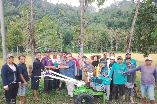 Anggota DPR RI serahkan bantuan bidang pertanian di Solok Selatan