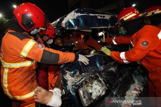 Evakuasi korban kecelakaan mobil di Surabaya