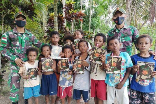 Satgas TNI bagikan perlengkapan sekolah anak perbatasan RI-PNG