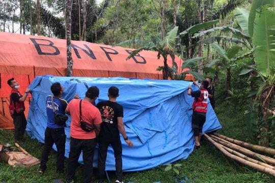 PMI mengungsikan korban pergerakan tanah di Cigulusur Sukabumi