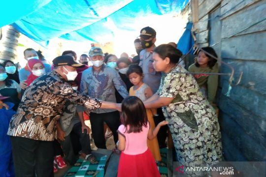 Menko PMK berbagi sembako-masker pada warga kurang mampu di Kendari
