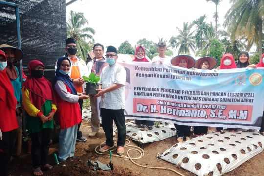Anggota DPR serahkan bantuan modal untuk 3 KWT di  Solok