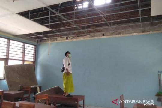 Atap ruang kelas SMPN 1 Pasrujambe Lumajang rusak usai gempa Malang