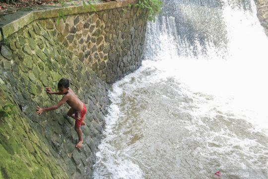 Terbatasnya lahan bermain, anak-anak tantang bahaya di aliran sungai