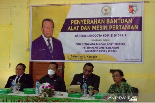 Anggota DPR serahkan bantuan alat pertanian ke Pemkab Boven Digoel
