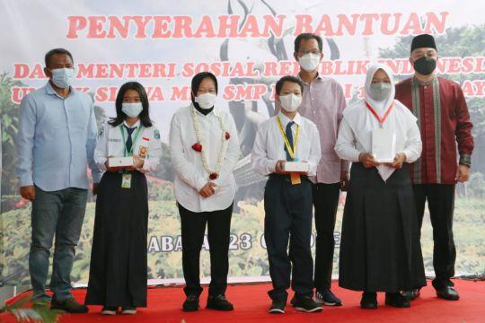 Mensos bantu 105 tablet untuk siswa di eks lokalisasi Dolly Surabaya