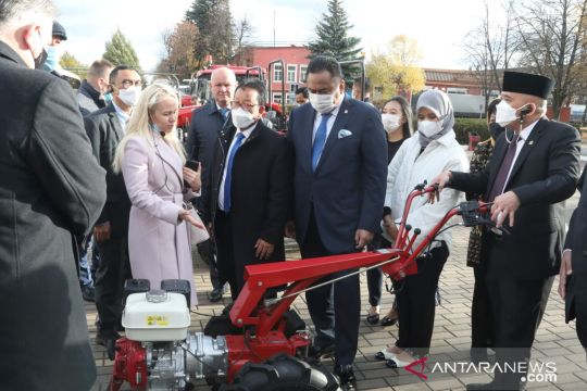 Ke pabrik traktor Belarus, Rachmat Gobel ajak kerja sama investasi