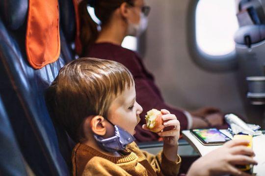 Buka masker demi makan di pesawat tingkatkan risiko penularan COVID-19