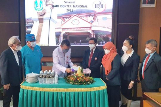 Gubernur Jatim beri semangat dengan kirim tumpeng sambut Hari Dokter