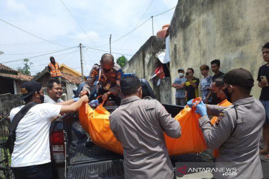 Tim Inafis Polres OKU evakuasi jasad wanita muda tewas gantung diri