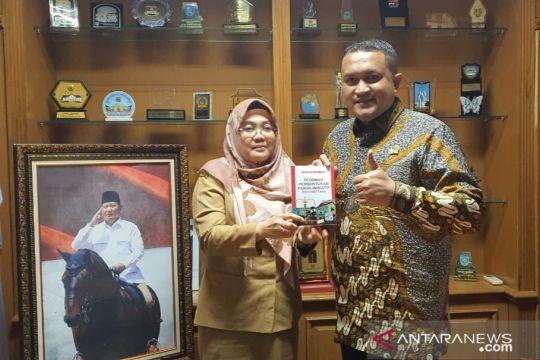 """Sekretariat DPRD Kabupaten Bogor terbitkan buku """"Emanberani"""""""
