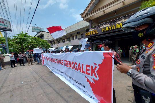 Sekelompok warga Trenggalek bentangkan poster tolak tambang emas SMN