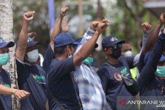 Sandiaga Uno disambut relawan Kawan Sandi saat tiba di Sorong