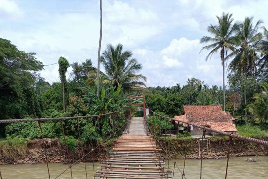 Dua jembatan gantung yang putus akibat banjir selesai diperbaiki