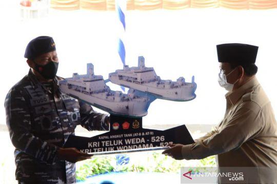 Prabowo serahkan dua kapal angkut tank kepada TNI AL