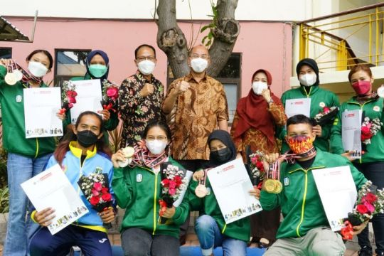 UM Surabaya serahkan bonus bagi mahasiswa peraih medali di PON Papua