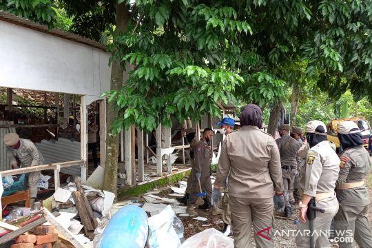 Petugas bongkar bangunan liar di jalur objek wisata Palabuhanratu