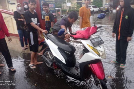 Ruas jalan di Rangkasbitung dilanda banjir