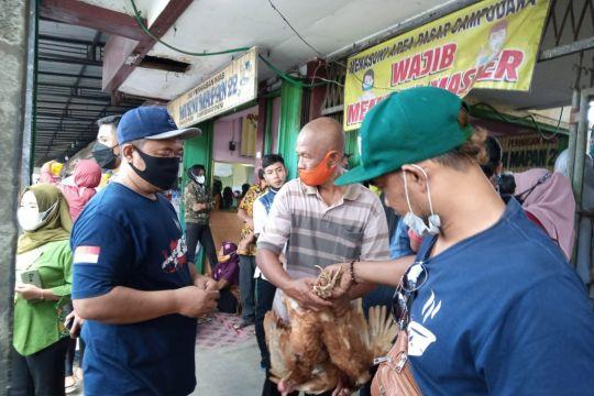 Berhadiah ayam, warga Tulungagung antusias ikut vaksinasi di pasar