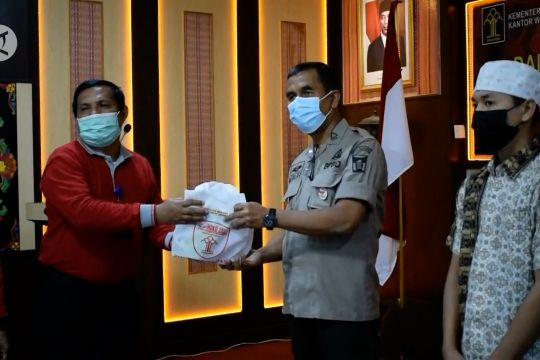 Kemenkumham Sumbar serahkan bantuan 835 paket AKB