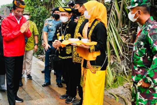 Tiba di Tana Tidung, Jokowi disambut adat Tepung Tawar