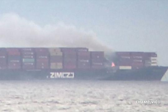 Kebakaran kapal kontainer di lepas pantai Victoria