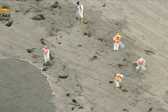 Pembersihan tumpahan 3.000 barel minyak mentah di pantai California