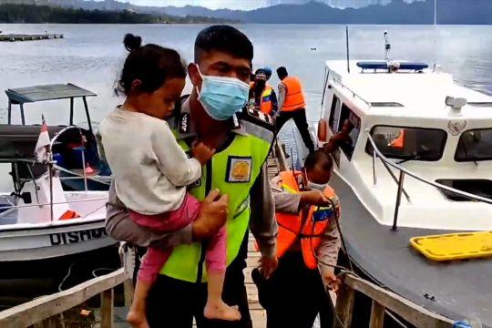 Petugas evakuasi korban gempa Bali dengan kapal