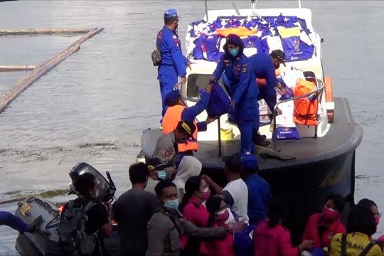 Polisi bagikan sembako pada warga terdampak gempa di Bali