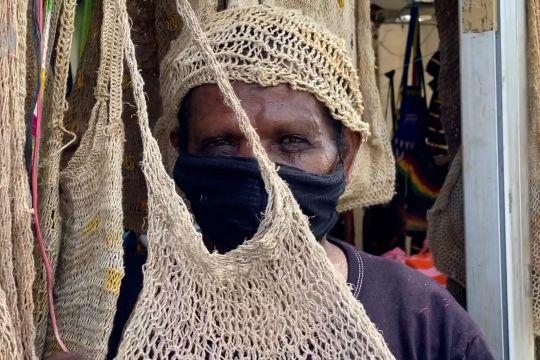 Belajar membuat noken bersama mama-mama Papua