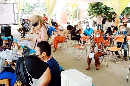 Lanal Banten gelar serbuan vaksinasi maritim di Situ Rawa Arum
