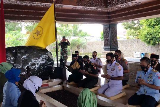 Jelang ultah, rombongan prajurit TNI ziarah ke makam Bung Karno