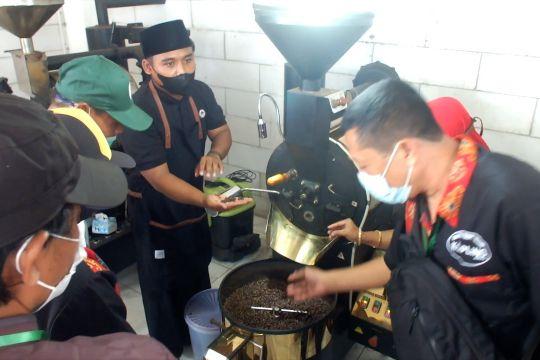 Melatih penjual kopi keliling profesional layaknya barista