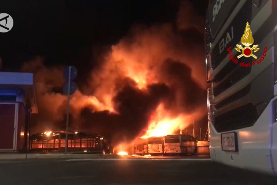 Kebakaran hanguskan 30 bus di depo penyimpanan di Roma