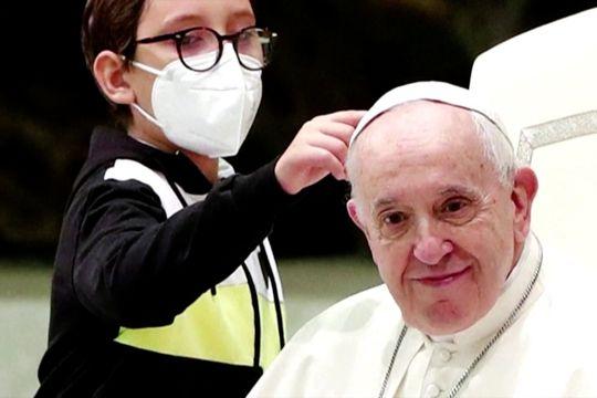 Bocah yang ngotot mencomot kopiah Paus