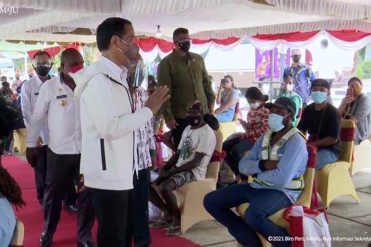 Jokowi tinjau vaksinasi dan janji bangunkan rumah di Merauke