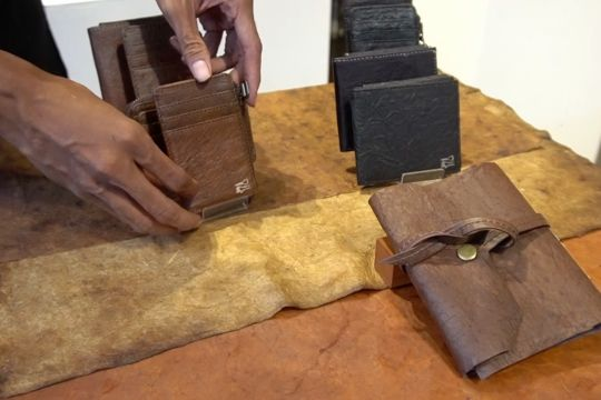 Kreasi dompet cantik dari limbah kulit kopi