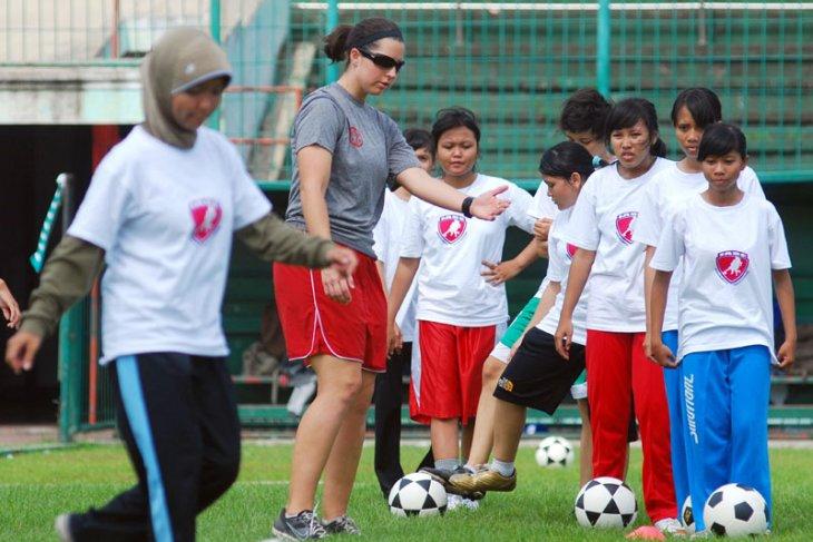 Soccer - Indonesian women`s soccer team beats Palestine 2-1