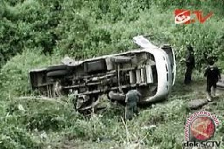 Bus jatuh dari jembatan di India, 10 orang tewas
