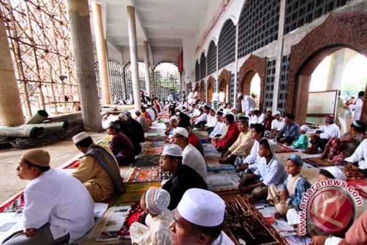 Ribuan Umat Muslim Padati Masjid Alfatah Ambon