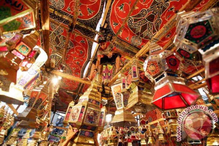 Rayakan Ramadhan, rakyat Mesir penuhi pasar untuk beli lentera