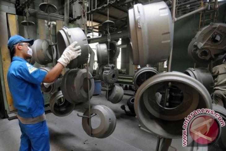 Pekerja memeriksa produksi komponen kendaraan komersil di pabrik PT Bakri Tosanjaya, Bekasi, Jawa Barat. Foto: ANTARA/Audi Alwi