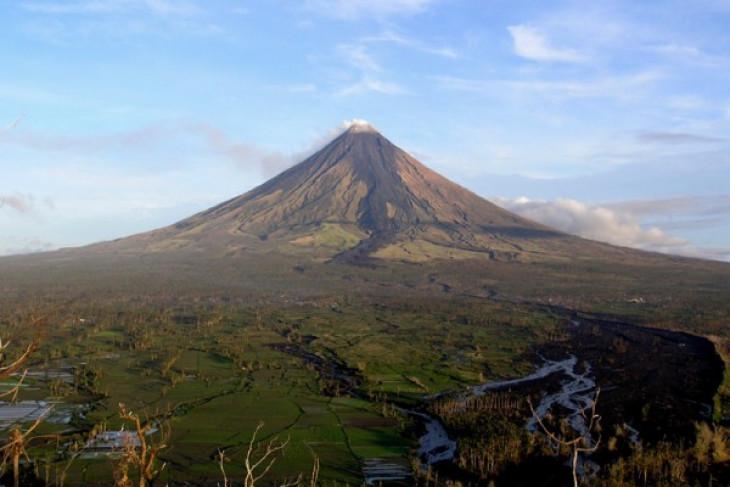 Filipina naikkan status waspada Gunung Mayon