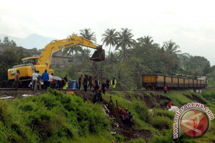 Delapan KA Semarang-Madiun dialihkan karena jalur tertutup longsoran