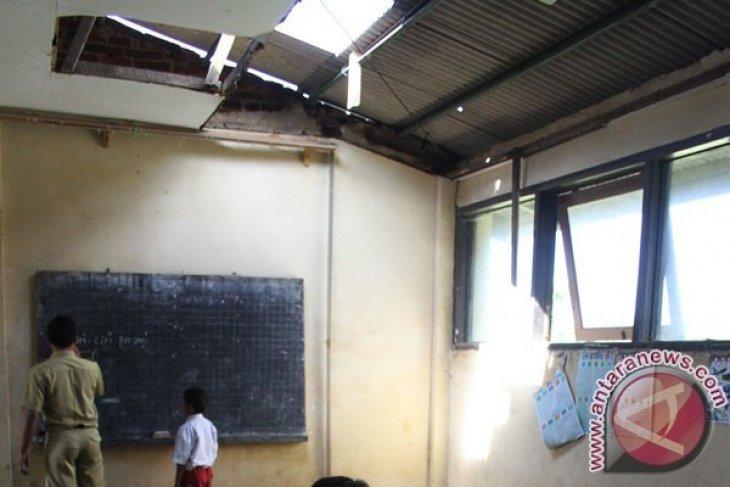 Disdikpora Karawang Diminta Selesaikan Pembangunan Ruang Kelas