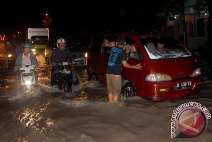 Banjir rob akibatkan penyusutan garam di Probolinggo