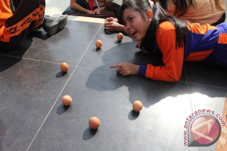 Lomba Telur Berdiri