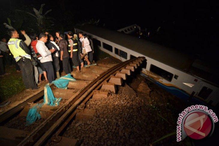 Kereta Malabar anjlok akibat longsor