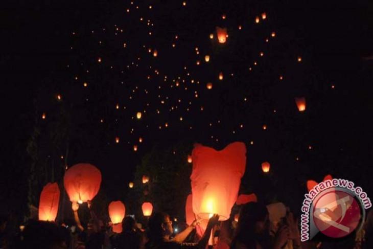 Sejumlah warga melepaskan lampion menyambut Tahun Baru di Taman Lumbini, kompleks Taman Wisata Candi Borobudur (TWCB), Borobudur, Magelang, Jawa Tengah. Foto: ANTARA FOTO/Anis Efizudin