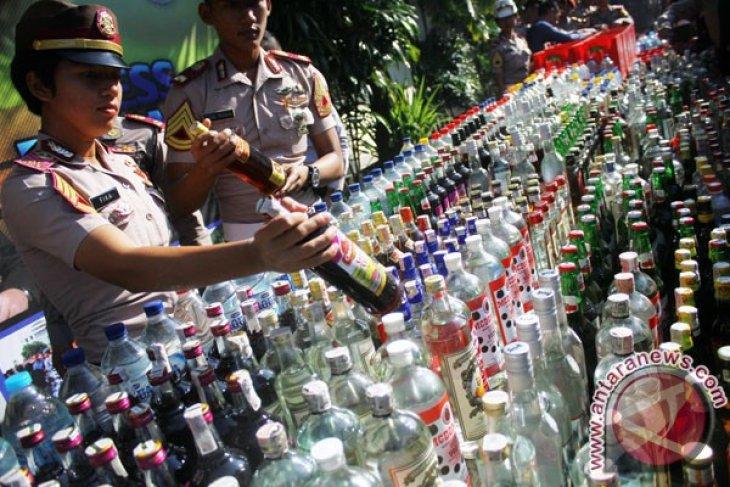 Pakar anggap wibawa polisi pudar karena kembalikan miras sitaan